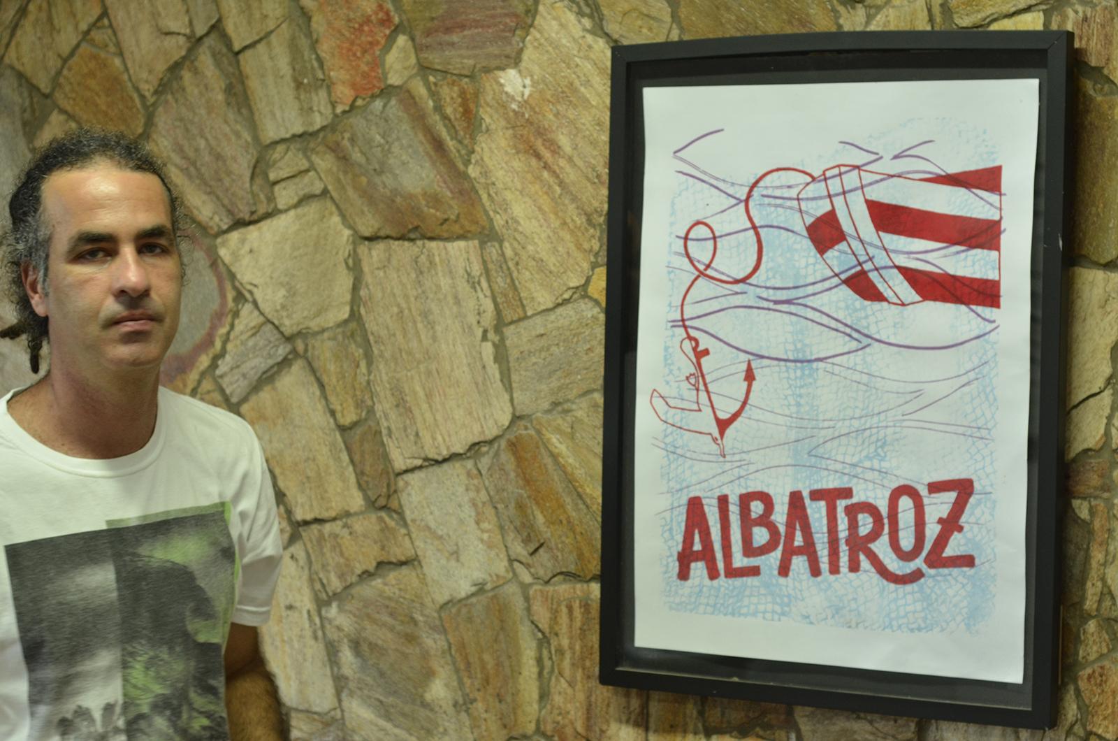 Wilton Pedroso com cartaz do Projeto Albatroz
