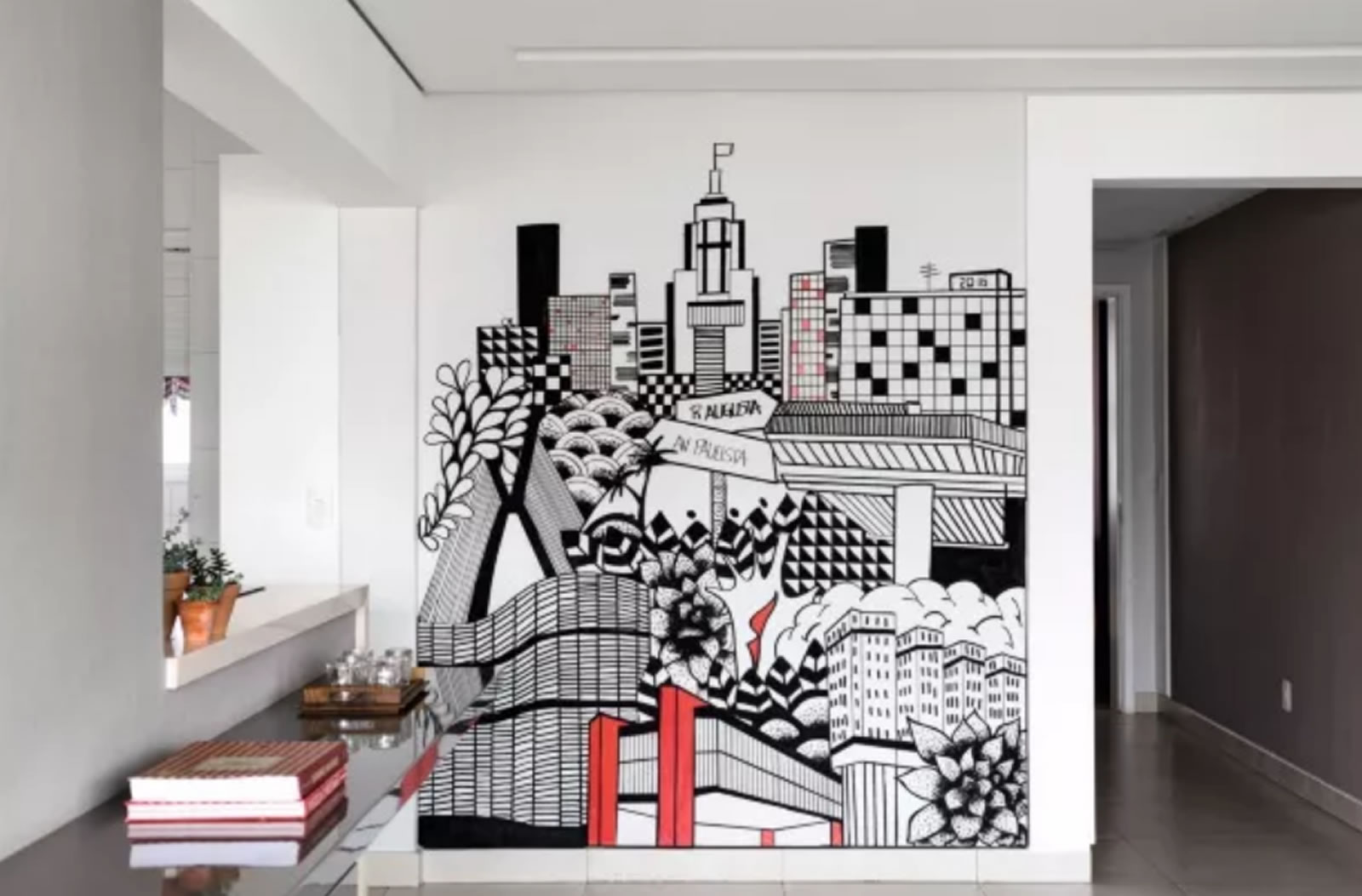 Carol Murayama - Construções ícones da cidade de São Paulo, como o Masp, estampam a parede da sala da enfermeira Marcela Vulcano (Foto Edu Castello/Editora Globo)