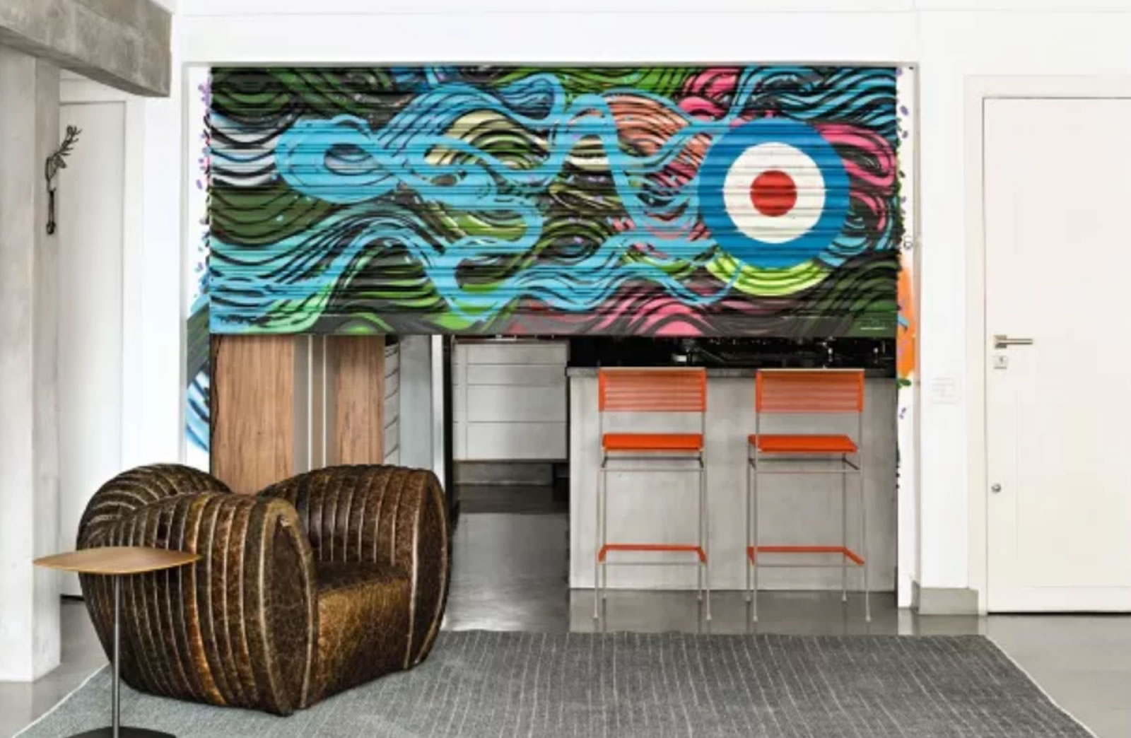 Cusco Rebel - A designer de interiores Simone Casalecchi apostou em um grafite cheio de cores e ondas, que traz sensação de mar. Tapete e mesa lateral da FJ Pronto pra Levar! (Foto Edu Castello/Editora Globo)